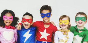 Fröhliche Kinder im Superhero-Kostüm, Stärken stärken statt Schwächen bekämpfen macht uns zu Superheldinnen