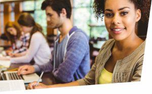 Fit für die Ausbildung: junge Leute beim gemeinsamen Lernen