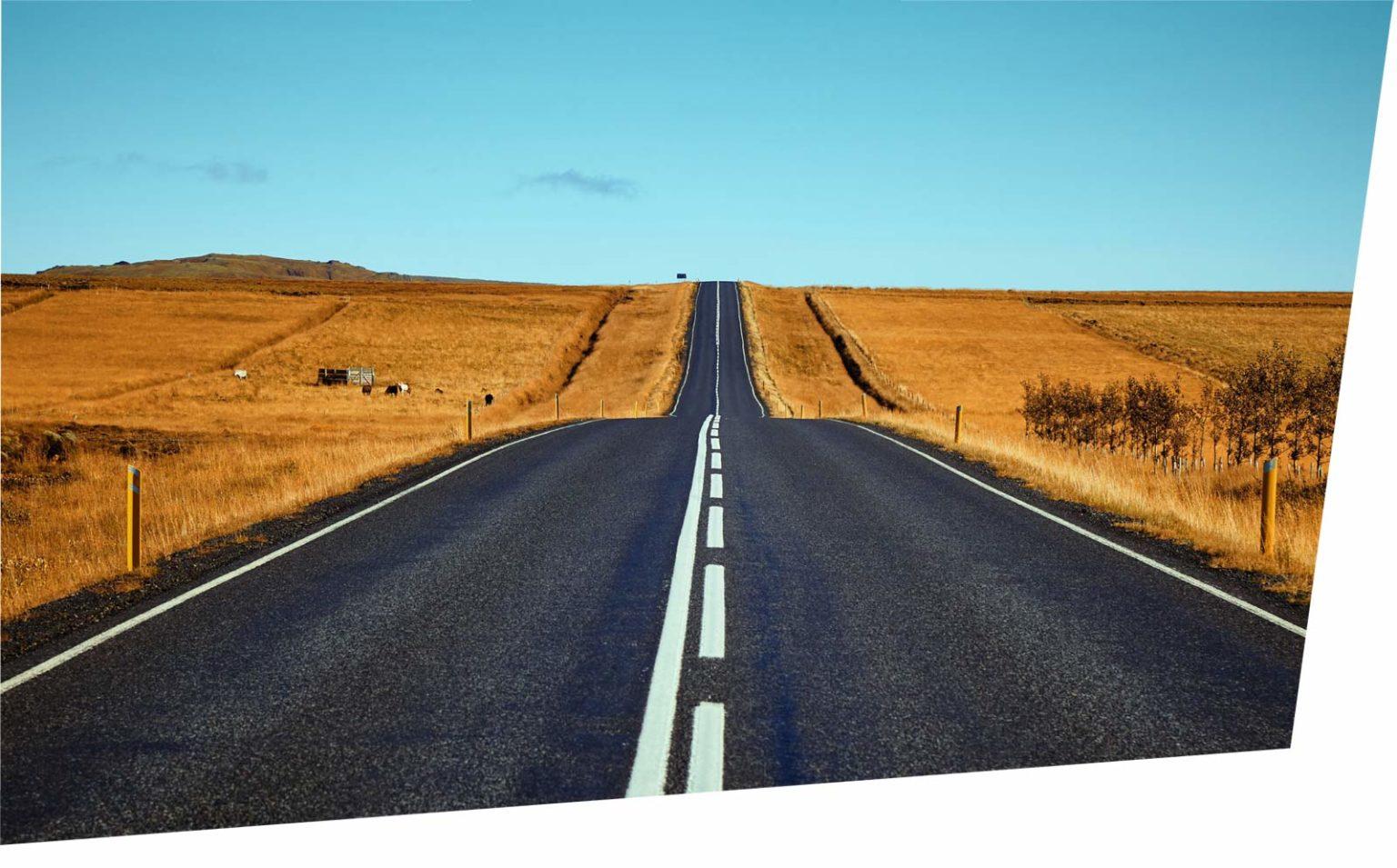 Fokus aufs Wesentliche: Gerade Straße durch die Landschaft