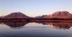 Titelbild der Entspannungsschule: See vor Bergen