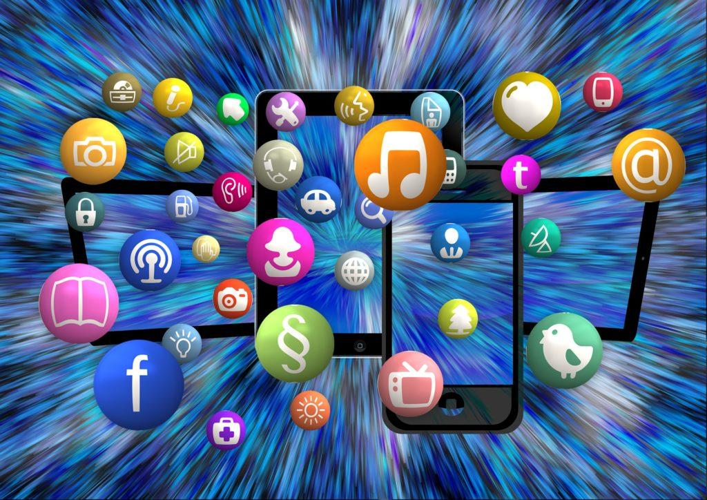 Social-Media-Icons vor unruhigem Hintergrund symbolisieren Informationsflut