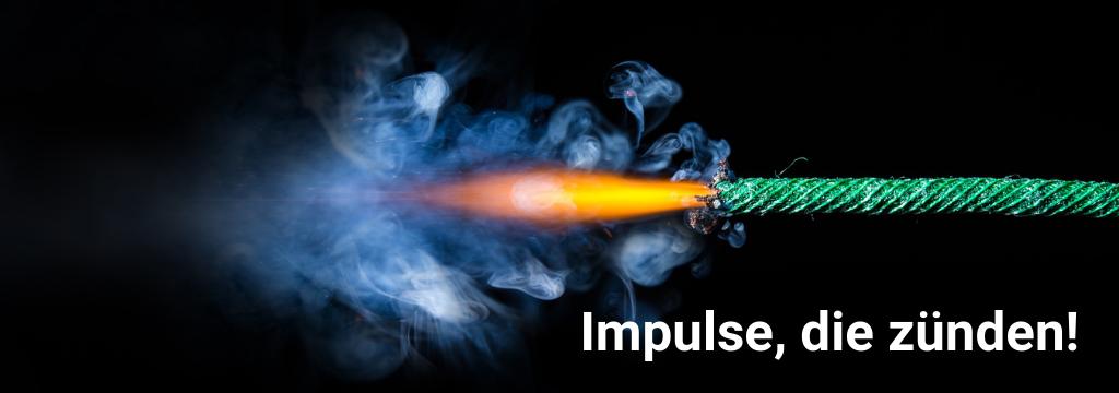 Webinare und Impulsvorträge: Brennende Zündschnur vor schwarzem Hintergrund; Beschriftung: Impulse, die zünden