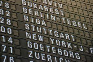 """Anzeigetafel eines Flughafens, in der Mitte steht das Ziel """"Stuttgart"""" Flughafen"""