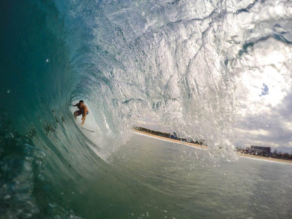 VGSD Experten-Talk; Informationswelle entspannt surfen; ein Surfer im Tunnel einer großen Welle, die er souverän abreitet