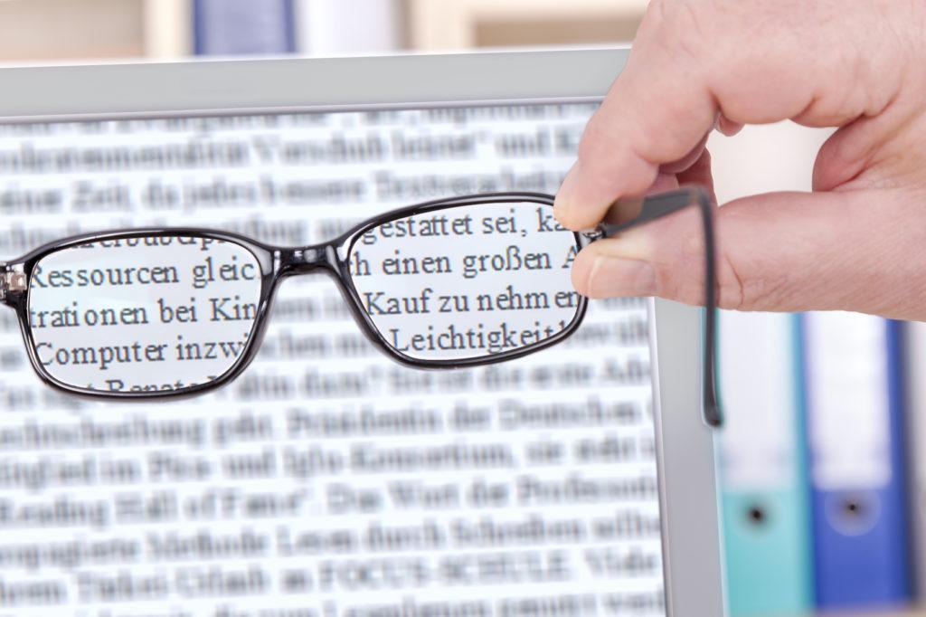 Blick durch eine Arbeitsplatzbrille